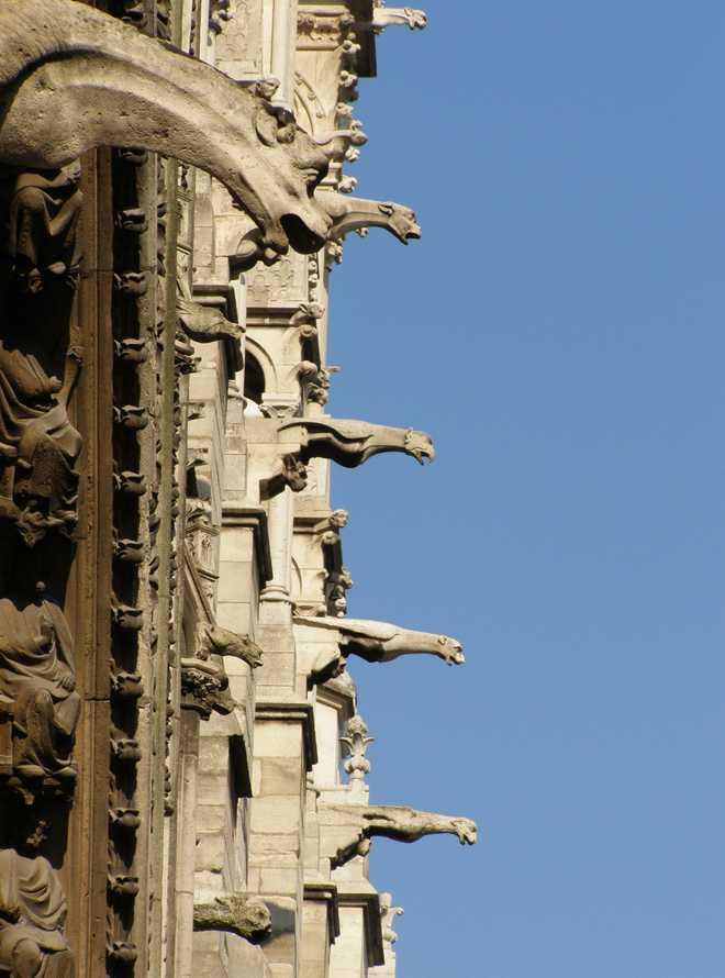 Гаргульи - это водослив готических соборов